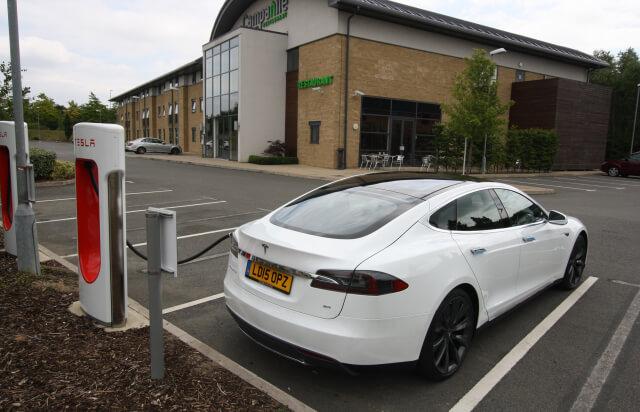 Campanile hotel met laadpaal - Tesla