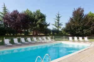 Novotel hotel met laadpaal - zwembad bij Novotel