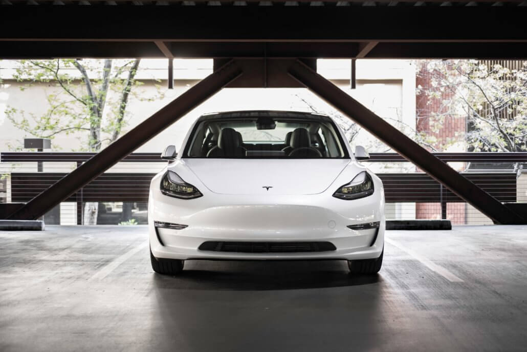 Tesla Model 3 parkeergarage hotel