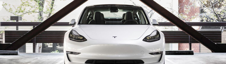 Tesla Model 3 parkeergarage hotel