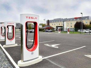 ibis hotel met Tesla supercharger laadpaal