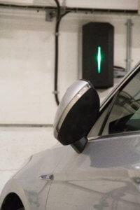 Elektrische auto opladen bij hotel met laadpaal in Denemarken