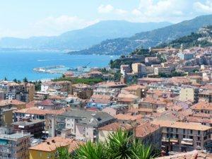 Noord-Italie dorp aan meer uitzicht