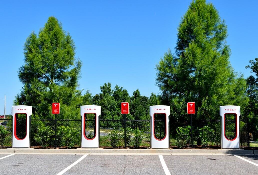 Tesla snellaadstation parkeerplaats buitenland
